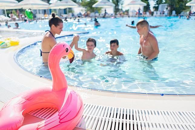 Sementara bakteri kurang umum di kolam renang dan bak mandi air panas karena kandungan klorinnya. (Foto: Oleksandr/Pexels)