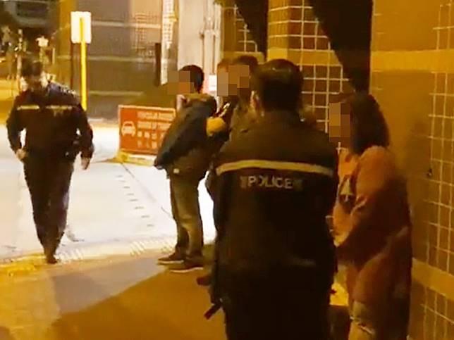 警員在場截查8人。屯門富新區區議員李家偉圖片