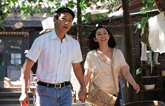 秦海璐(右)與男星陸毅在戲中飾演夫妻。