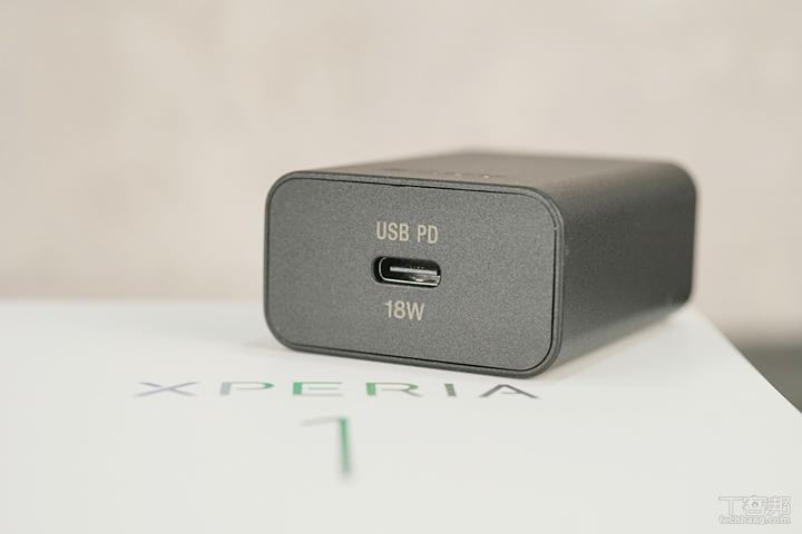 Sony 滿有誠意的在包裝內隨附 18W USB PD 充電器以及充電線,可提供 18W 快充。