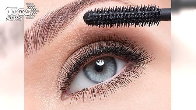 刷睫毛膏沒卸乾淨造成OL睫毛狂掉。示意圖/TVBS