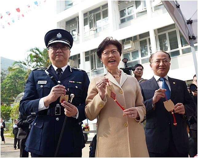 盧偉聰(左)指去年罪案數字再創歷史新低。