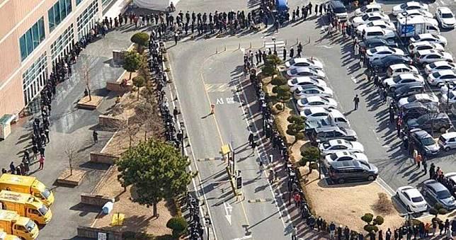 南韓搶口罩2小時賣出48萬副 排隊人潮長到看嘸盡頭