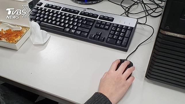 隨著科技的進步,電腦滑鼠的設計也愈來愈便利。(示意圖/TVBS)