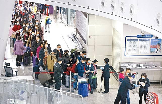 西九高鐵站所有入境人士均需填寫健康申報表。(何天成攝)