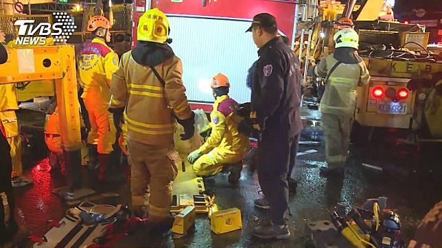 13日晚間高雄市消防局鳳翔分隊出勤時,消防水箱車遭聯結車撞上導致翻覆,造成1死4傷的悲劇。(圖/TVBS)