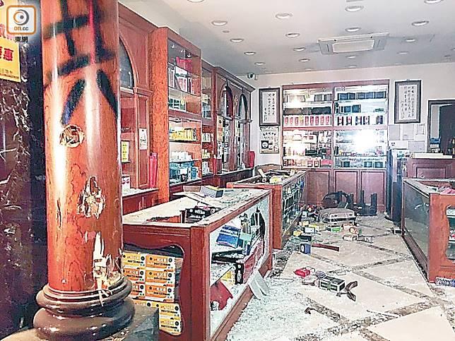 暴徒對中資藥店進行肆意破壞,貨品散滿一地。