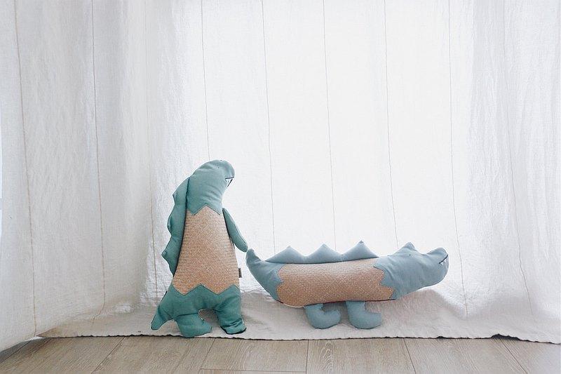 小孩的涼伴-藺編抱枕/趴睡枕-小恐龍/小鱷魚