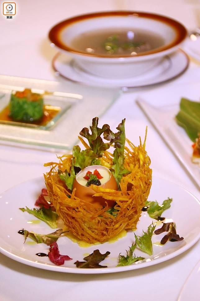 南島風情宴的松露蒸鹿野土雞蛋,雞隻以酒粕加入碎米及米糠作主食,雞肉質感也特別細嫩。(劉達衡攝)