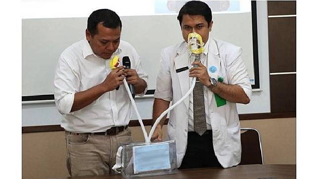 UNS Solo membuat masker khusus anti kabut asap yang disebut Surgeons of UNS (SUNS) Portable Air Filter. (Tempo/Ahmad Rafiq)