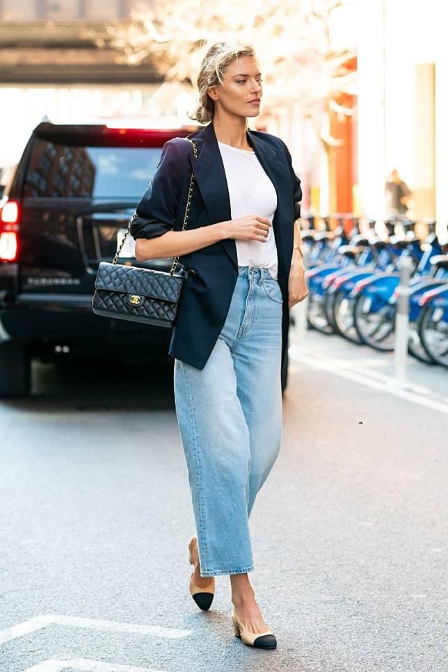 以直腳牛仔褲搭配平底鞋與西裝褲,就可營造斯文的返工Look。(互聯網)