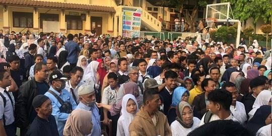 Antrean pendaftaran siswa baru di SMA 1 Depok. ©2019 Merdeka.com