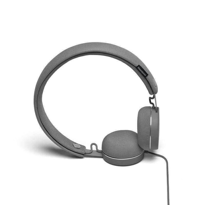 《URBANEARS最有型的耳機之一 ── Humlan》 採用許多在服飾產品中才看得到的特徵:例如夾克上的金屬鈕釦,可拆卸水洗的頭帶和耳罩更是將耳機與服飾的距離拉得更近,小巧的耳罩、極簡的設計,讓你