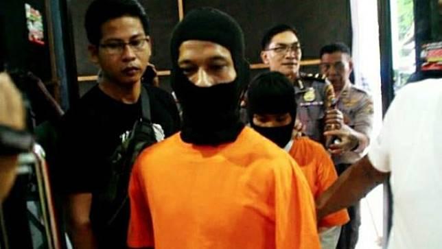 Pembunuh anak kandung di Pekanbaru digiring polisi untuk dibawa ke rumah sakit jiwa.
