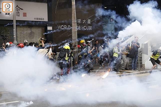 警方施放多枚催淚彈。(黃偉邦攝)