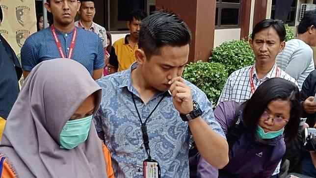 ET alian Ny (40) janda janda beranak satu, warga Dusun Simpar Rt 001/003, Desa Kutaraharja, Kecamatan Banyusari, Karawang ditangkap polisi karena diduga membunuh bayinya. (Foto: Liputan6.com/Abramena)