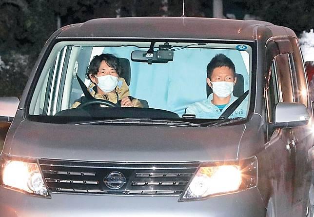 警方昨晚帶走坐在汽車後座的澤尻到東京灣岸警署。