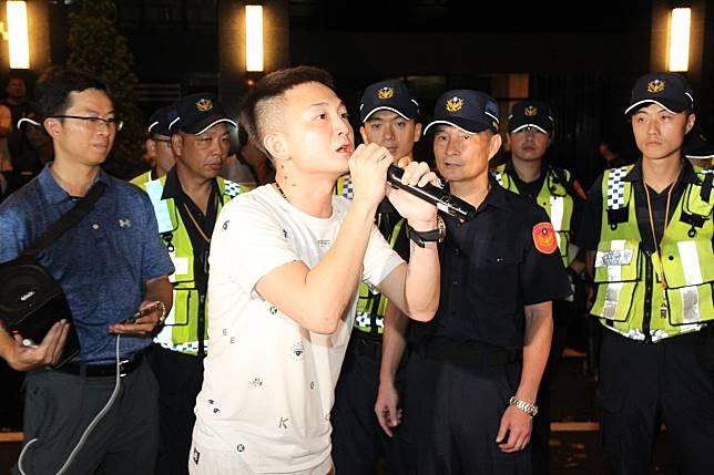 警方認為臉書直播主劉冠廷(前)和其女性友人,觸犯刑法煽惑他人犯罪,將依法送辦。記者黃寅/攝影
