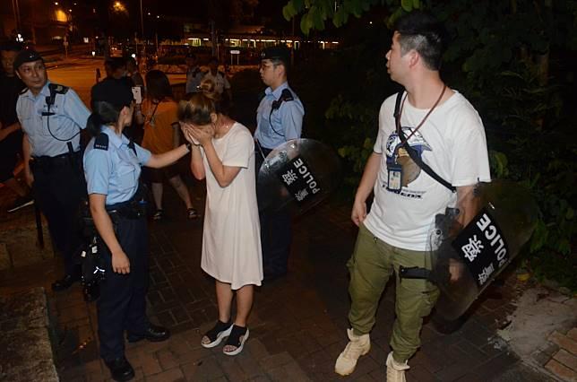 警員拘捕一名女子。