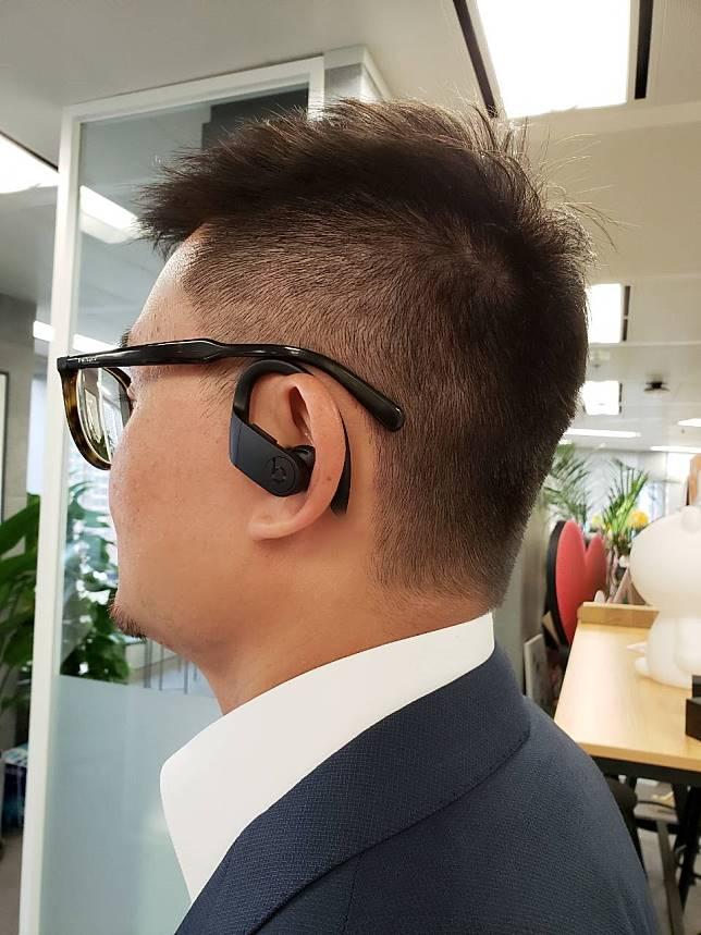 耳鈎設計比AirPods更有安全感,不怕做運動時輕易被跌下,但戴眼鏡的話可能會和耳機交疊而感到不舒服。