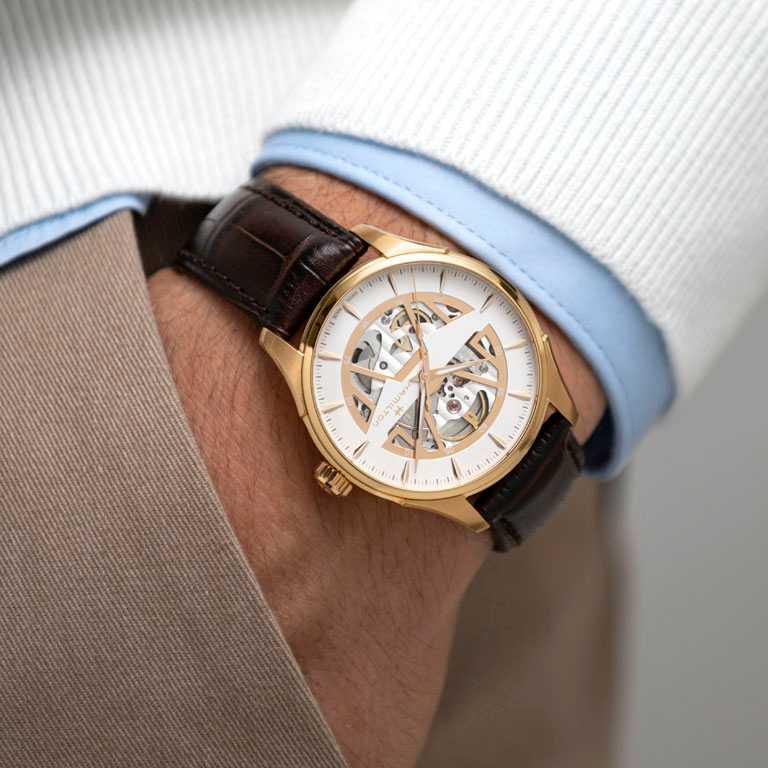 HAMILTON漢米爾頓「Jazzmaster Skeleton鏤空系列」腕錶,鏤空白色錶盤╱40mm,玫瑰金PVD塗層精鋼錶殼,棕色小牛皮錶帶╱42,200元。(圖╱HAMILTON提供)