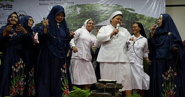 This wholesome video of Catholic nuns and a qasidah group singing together gives us hope for 'Unity in Diversity' (Video)