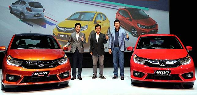 Automotive firm Honda Prospect Motor marketing and after sales service director Jonfis Fandy (right), the company's business and product planning director Takayuki Uotani (left) and Honda R&D Asia Pacific Co. Ltd. development leader Tsutomu Harano are flanked by two all-new Honda Brios in Jakarta on Wednesday. The second generation Honda Brio is sold in five different types with prices ranging from Rp 139 million (US$9,403) to Rp 190 million in Jakarta.