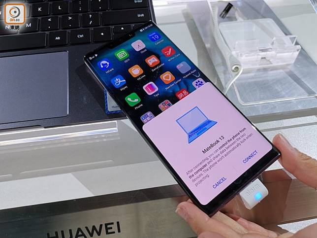 Matebook 13鍵盤下方設有NFC,將手機機背拍上晶片位置即可完成配對連接。(林子聰攝)