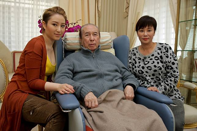 This photo taken on January 26, 2011 shows Macau casino tycoon Stanley Ho (C) with third wife Chan Un-chan (R) and daughter Florinda (L) during a television broadcast at Chan's home in Hong Kong.