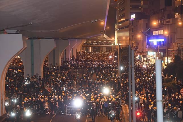 示威者投擲硬物
