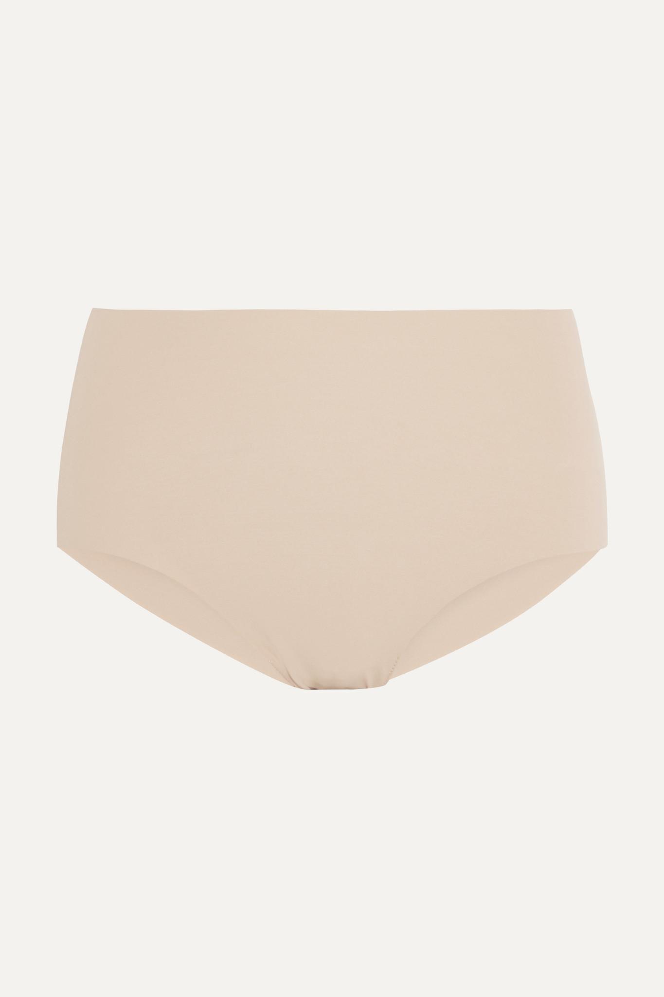 Commando 这款柔软的 沙色 三角裤采用高腰剪裁,可为你打造出丰满美臀和修长美腿。这条隐形无痕单品是贴身连衣裙和半身裙的理想打底之选。