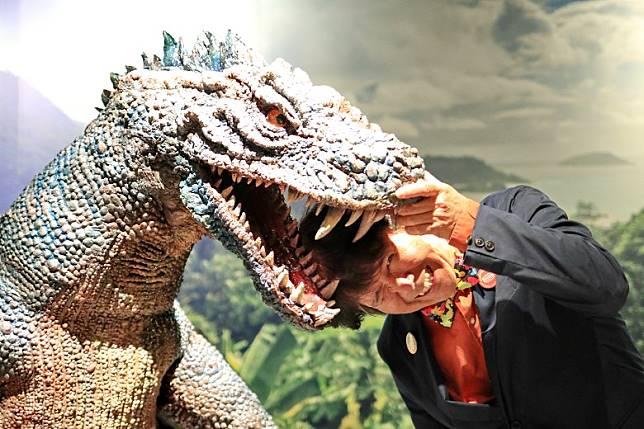 負責講解的代表取締役稻嶋先生是個鬼馬之人,講解時突然將頭放在恐龍Figure口中,十分搞笑。(李家俊攝)