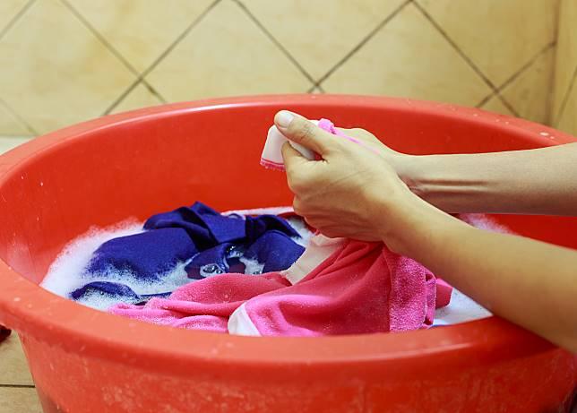 ▲清洗運動服切勿使用衣物柔軟精,反而會造成洗劑殘留,形成臭酸味。(信義居家提供)