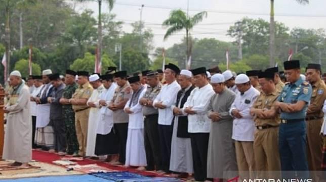 Teror Asap dan Kemarau, PNS Bangka Belitung Bareng TNI Salat Minta Hujan