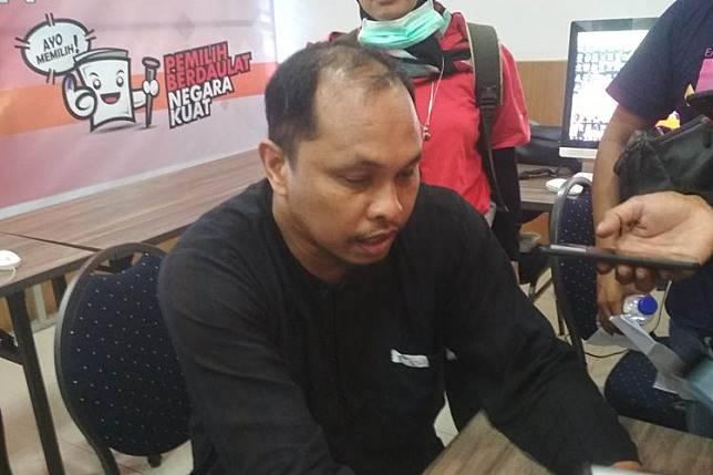 Komisioner KPU Sulsel Uslimin saat memperlihatkan laporan pihaknya dianiaya oleh para pemilih saat penghitungan suara, Jumat (19/4/2019).