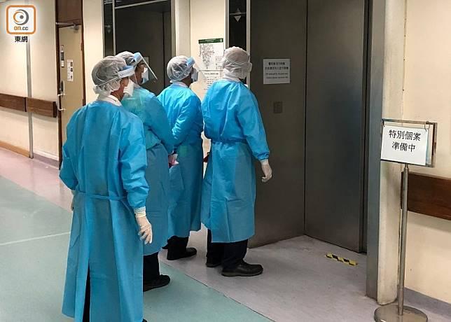 醫護人員全副武裝,身體外露地方通通穿上保護衣及戴上口罩、面罩及手套。(林耀康攝)