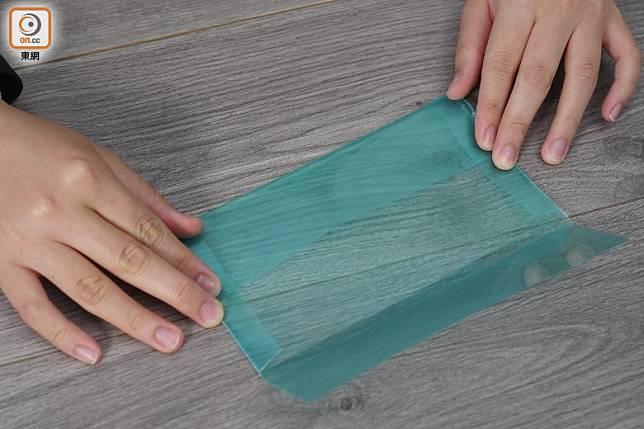 Step4:把雙面膠的保護貼撕掉,把下面的部分對齊貼到中間(方偉堅攝)