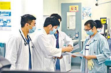 ■醫學會等團體提出引入海外醫生解決本地醫生不足的方案,引起多方反對。
