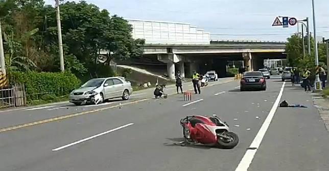 車禍對撞騎士命危 警擋拍攝