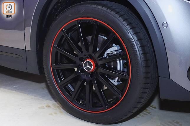 Edition 1版本配上比較標準版還要大2吋,兼有紅色飾圈及軨蓋的20吋輪圈。(方偉堅攝)