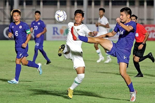 Pemain timnas U16 Indonesia, Wahyu Agong Drajat (ketiga kiri), berebut bola dengan pemain timnas U16 Filipina, Enzo Courbet (14),