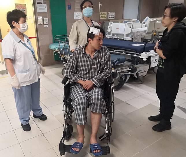岑子杰坐輪椅被推出病房