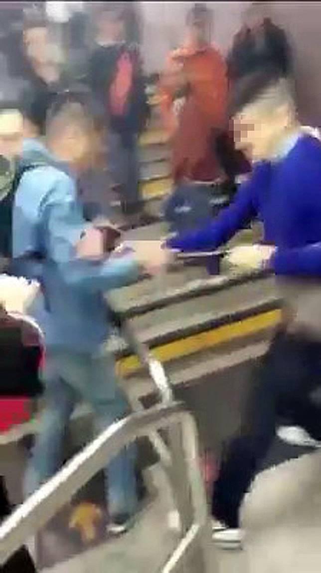 警員遭藍衣洋漢搶奪伸縮警棍。