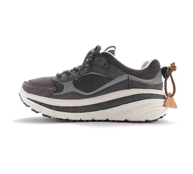 鞋身採用皮革及網布打造,並配上深淺的灰白色調拼湊豐富層次感。(互聯網)