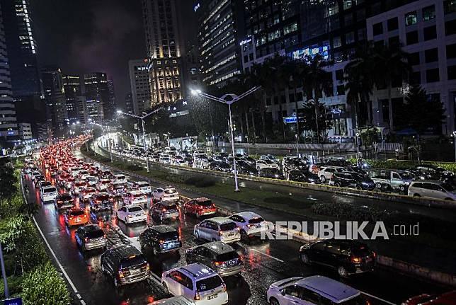 Sejumlah kendaraan terjebak kemacetan di Jalan Jenderal Sudirman, Jakarta, Senin (16/3/2020).
