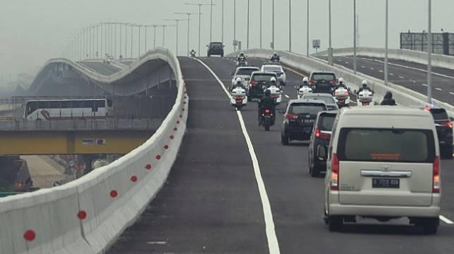 Iring-iringan kendaraan yang membawa Presiden Joko Widodo melintasi Jalan Tol Layang Cikampek usai diresmikan di Bekasi, Jawa Barat, Kamis (12/12/2019).[Antara/Akbar Nugroho Gumay]