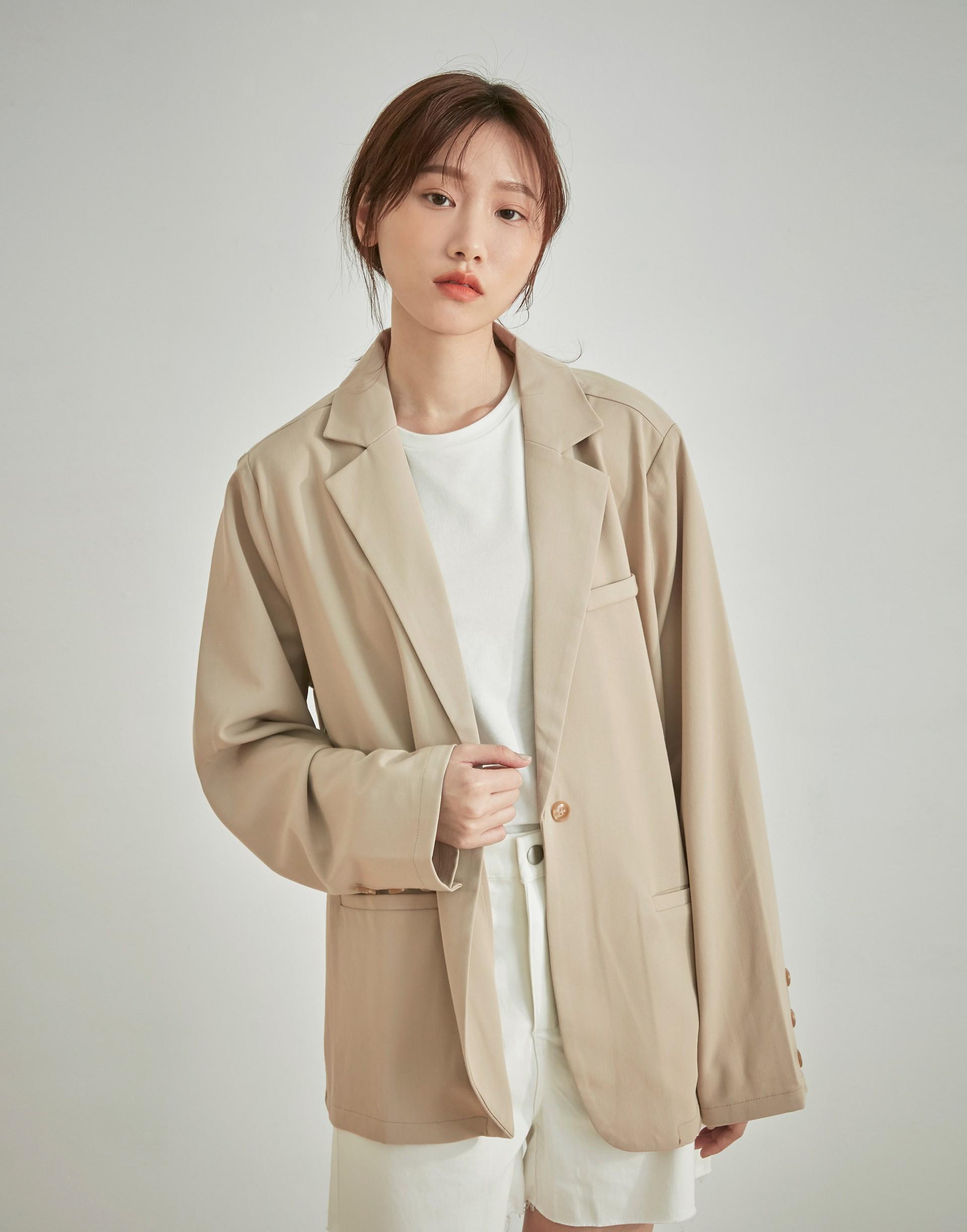 彈性:適中 質感、西裝棉質料、微墊肩、單釦設計、前真口袋、後中下擺開衩、率性微寬鬆版型