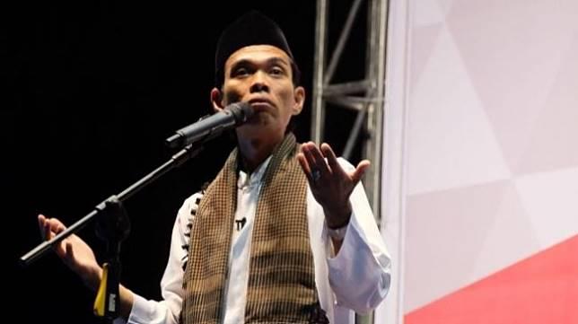 Ustaz Abdul Somad saat memberikan ceramah di Lapangan Pamedan Tanjungpinang, Selasa (7/8/2018) malam. [Batamnews]