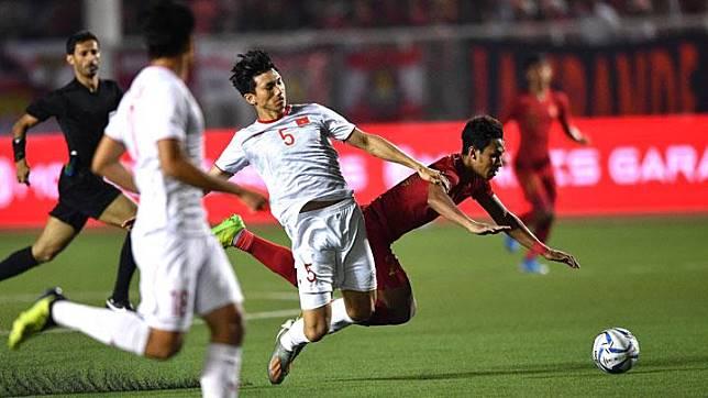 Pemain Timnas U-22 Indonesia Osvaldo Haay terjatuh saat berebut bola dengan pemain Vietnam Doan Van Hau pada pertandingan final sepak bola putra SEA Games 2019 di Stadion Rizal Memorial, Manila, Filipina, Selasa, 10 Desember 2019. ANTARA