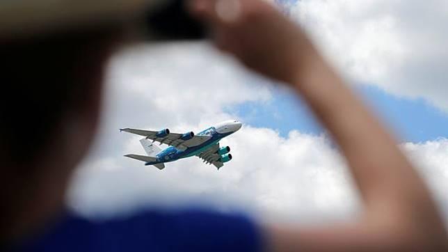 Seorang pengunjung mengambil gambar pesawat Airbus A380 saat tampil di Pertunjukan Paris Air Show ke-53 di Bandara Le Bourget dekat Paris, Prancis 21 Juni 2019. REUTERS/Pascal Rossignol